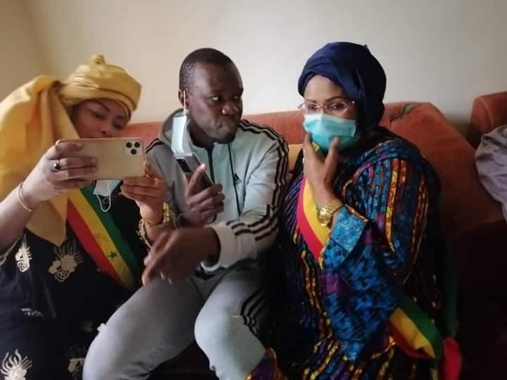 Ousmane Sonko dans les bras de la députée Mame Diarra Fam pour lui exprimer son soutien
