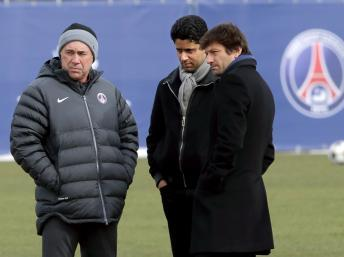 L'entraîneur italien du PSG Carlo Ancelotti (G), son président qatarien Nasser al-Khelaifi (C) et son directeur sportif brésilien Leonardo (D), le 5 mars 2013 au Camp des Loges. REUTERS/Philippe Wojazer