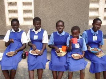 Ces élèves d'une école du Sud-Soudan bénéficient de l'aide alimentaire du Pam. WFP