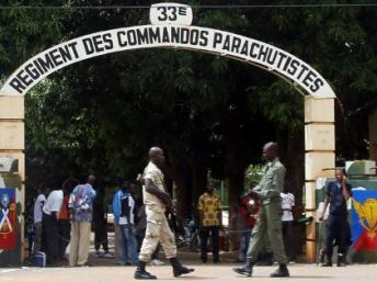 Un soldat monte la garde devant l'entrée du 33e régiment de parachutistes dans le camp de Djicoroni à Bamako le 2 mai 2012.