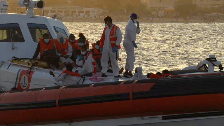 Méditerranée: opération de sauvetage de migrants des garde-côtes italiens au large de Lampedusa