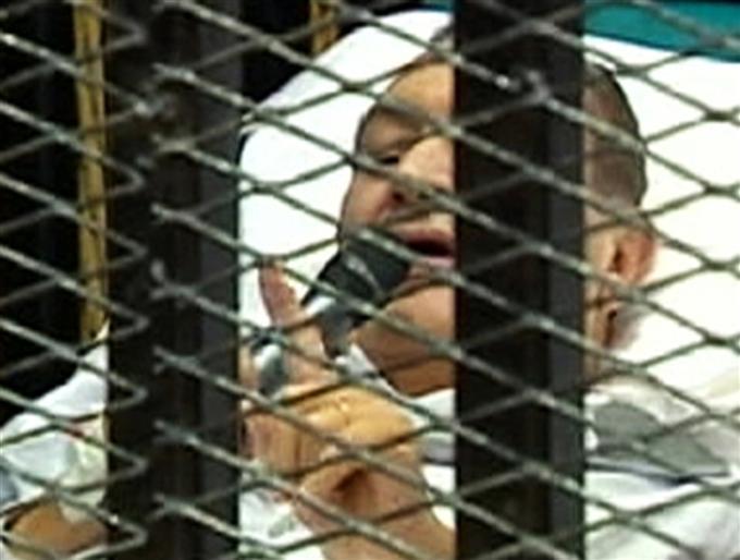 Le président du tribunal chargé de rejuger Hosni Moubarak se récuse