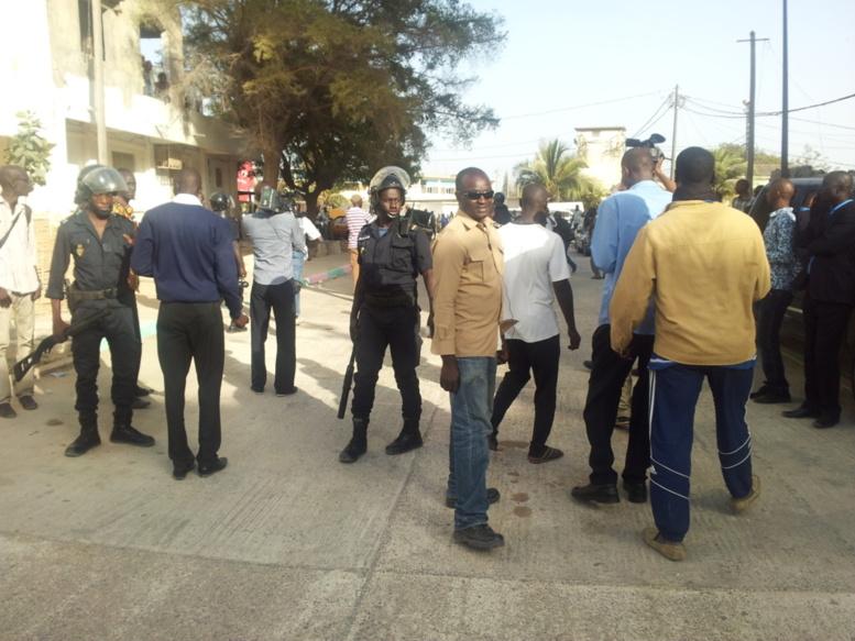 VIDEOS En Direct de Colobane: les diginitaires du PDS et militants affluent à la gendarmerie qui est sous haute sécurité