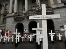 Le jour de l'ouverture du procès, le 8 avril 2013, les étudiants de la faculté de droit de Sao Paulo, ont plantés des croix représentants les 111 détenus tués. Le procès a été finalement reporté d'une semaine.