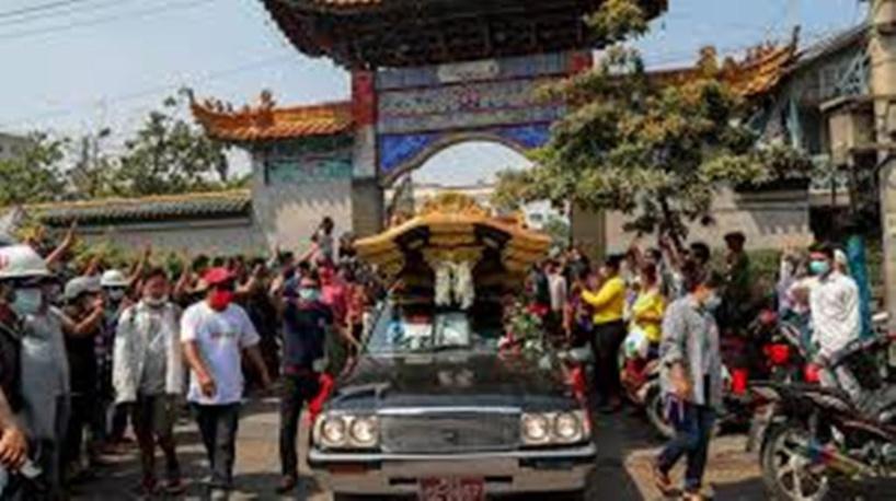 Les Birmans pleurent la jeune Kyal Sin et redescendent dans la rue