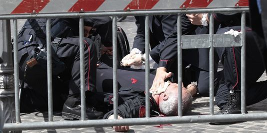 Deux policiers ont été blessés par les coups de feu tirés devant le Palais Chigi, dimanche 28 avril.   AP/Gregorio Borgia