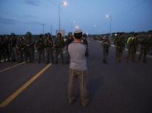 Un colon juif face aux soldats israéliens en marge d'une manifestation sur les lieux de l'agression. Près de Naplouse, le 30 avril 2013. REUTERS/Ronen Zvulun