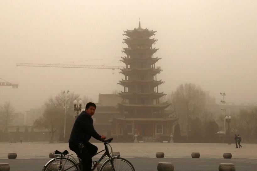 Grosse tempête de sable et pollution dans le ciel de Pékin, 428 avions cloués au sol