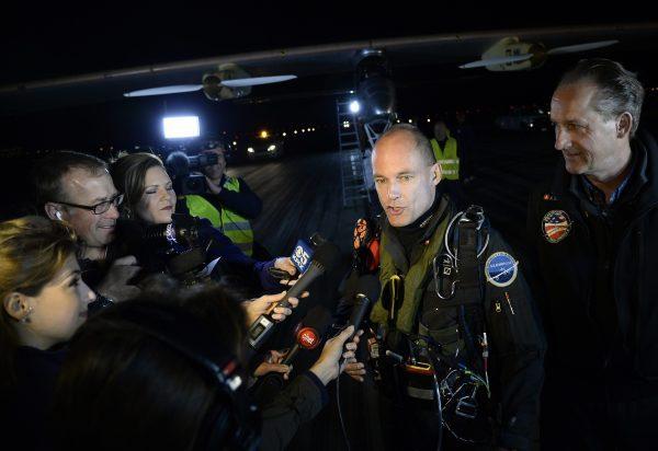 L'avion Solar Impulse atterrit en pleine nuit à l'aéroport américain de Phoenix