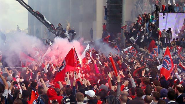 La célébration du troisième titre du PSG a été écourtée. Des scènes de violence et de vandalisme ont entraîné 30 blessés et 21 interpellations.
