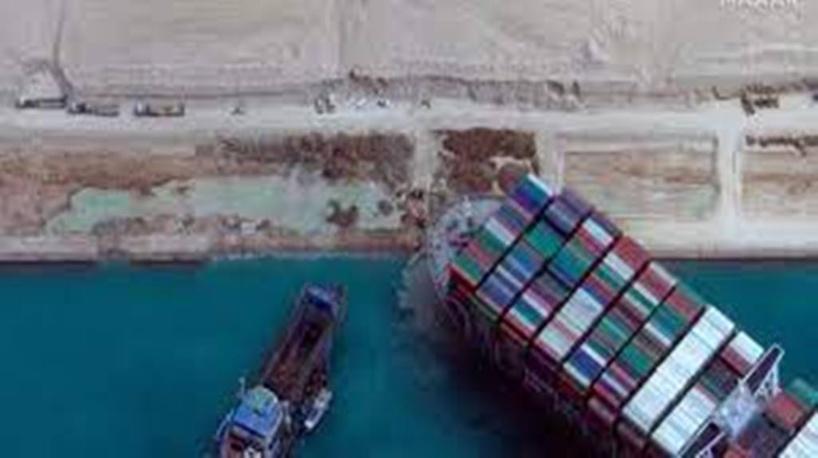 Canal de Suez: pas encore libéré, le porte-conteneurs géant a commencé à bouger