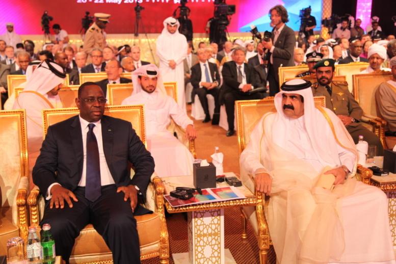 Le Président Macky Sall président assis à côté de l'émir du Qatar, Sheikh Hamad Bin Khalifa Al-Thani,