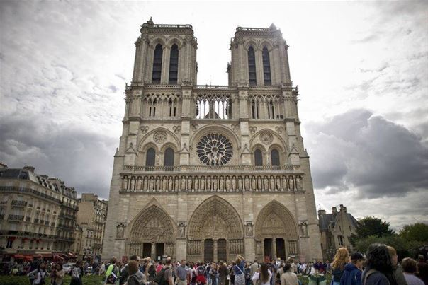 Un homme se suicide dans Notre-Dame, la cathédrale évacuée (source policière)