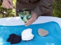 Inquiet des rumeurs d'attaques aux armes chimiques, un habitant de Lattaquié se fabrique un masque avec une bouteille de plastique, du charbon, du coton, de la gaze et du coca, en Syrie, le 26 avril 2013.
