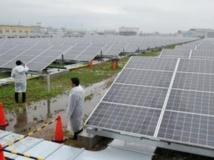 Installation à grande échelle de panneaux solaires à Kyoto, le 1er juillet 2012.