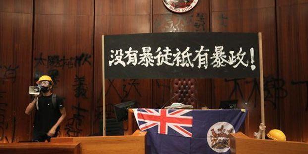 Hong Kong: le Parlement local vote une loi sur l'immigration qui restreint la liberté de mouvement