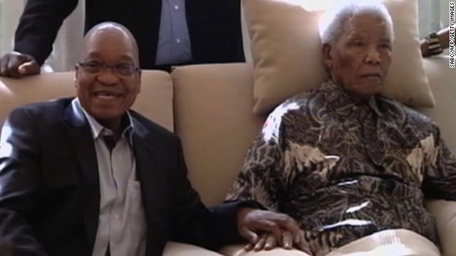 Nelson Mandela, 94 ans, et à ses côtés, le président Zuma, à Johannesburg, 29 avril 2013. AFP PHOTO / SABC