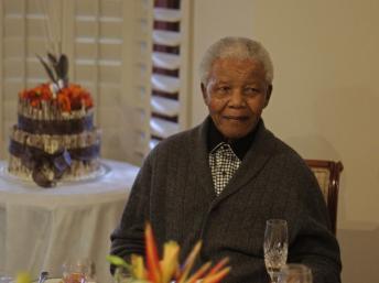 Nelson Mandela à nouveau hospitalisé: l'Afrique du Sud retient son souffle