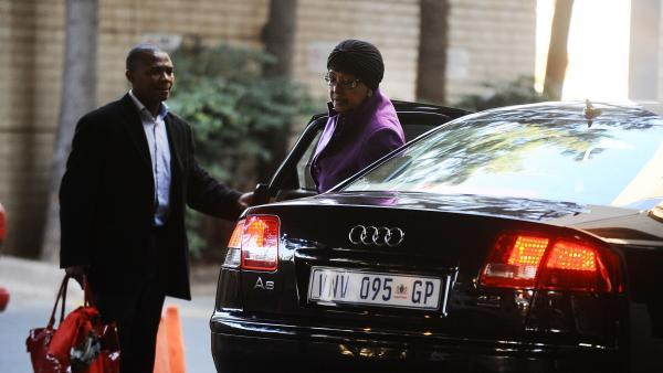 Winnie Mandela arrivant à l'hôpital. Pretoria, le 10 juin 2013. REUTERS/Stringer