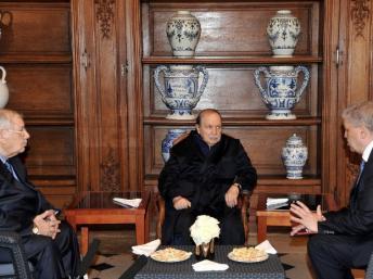 Le président algérien Abdelaziz Bouteflika (c.), le 12 juin 2013, en compagnie de Ahmed Gaid Salah (g.), chef d'état-major des armées, et du Premier ministre Abdelmalek Sellal (d.) Algérie presse service / AFP