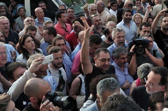 Grèce: la fermeture de la radiotélévision publique se transforme en crise politique
