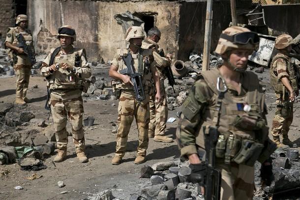 Mali: toujours des incidents, deux blessés français, annonce Le Drian