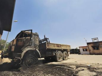 Un camion calciné sur le lieu des affrontements entre les forces spéciales libyennes et un groupe armé à Benghazi, le 15 juin 2013. REUTERS/Esam Al-Fetori