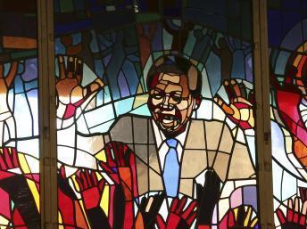 Les vitraux de l'église catholique Regina Mundi à Soweto, à l'effigie de Nelson Mandela. Photo: 9 juin 2013. REUTERS/Siphiwe Sibeko