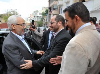 Abderrazak Mokri (d.) en 2011, alors vice-président du MSP, accueille Rached Ghanouchi (g.), leader du parti tunisien Ennahda AFP PHOTO / FAROUK BATICHE