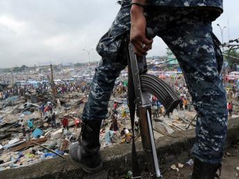 Un soldat des FRCI dans le quartier d'Abobo, à Abidjian. AFP PHOTO/ SIA KAMBOU