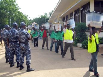 Des membres de la Céni transportant des urnes à Lomé lors des élections de 2007. AFP PHOTO / EMILE KOUTON