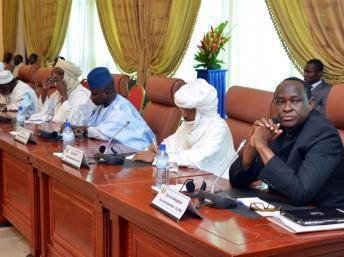 Le conseiller spécial du président malien pour le nord du Mali, Tiebile Drame (D), lors des pourparlers avec les groupes ethniques armés touaregs à Ouagadougou, le 8 juin 2013