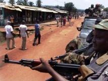 Des combattants de la Seleka en patrouille à Bangui, le 26 mars.