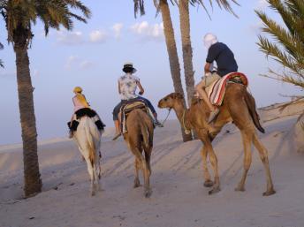 Des touristes lors d'une méharée dans le désert, à Douz. Getty Images/Photographer's Choice/Sami Sarkis