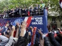 Les joueurs du PSG, club emblématique de la force de frappe financière du Qatar en France, accueillis par des milliers de supporters à leur arrivée au Trocadéro.