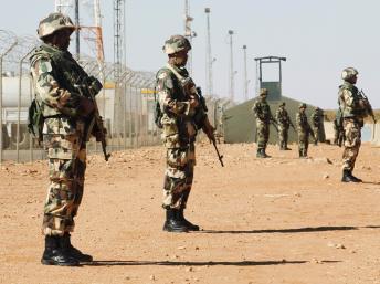 Des soldats montent la garde à proximité du site d'In Amenas. Le site gazier algérien a été la cible d'une attaque et d'une prise d'otages meurtrière menée par Aqmi, en janvier dernier. REUTERS/Louafi Larbi