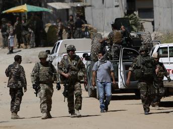 Des soldats de l'Otan quittent le lieux de l'attaque, à proximité de la présidence afghane et du commandement de la CIA, le 25 juin 2013. REUTERS/Mohammad Ismail