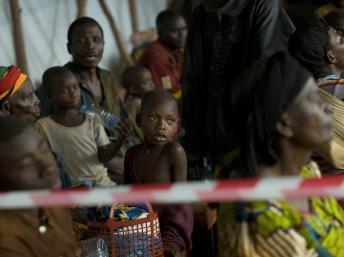 Des réfugiés burundais de retour de tanzanie, dans un camp de transit en novembre 2012, espèrent être réinstallés à Musenyi, dans le sud du Burundi. AFP PHOTO / TONY KARUMBA