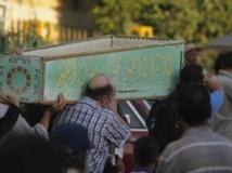 Des Egyptiens portent le cercueil d'une des victimes du lynchage, le 24 juin 2013, au Caire.