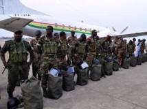 Une trentaine de soldats béninois sur le tarmac de l'aéroport de Cotonou, le 18 janvier 2013
