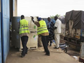 Du matériel électoral venu de France, à Bamako, le 18 juin 2013. REUTERS/Adama Diarra