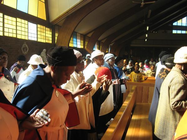 A l'église Regina Mundi du township de Soweto, les fidèles prient pour Nelson Mandela