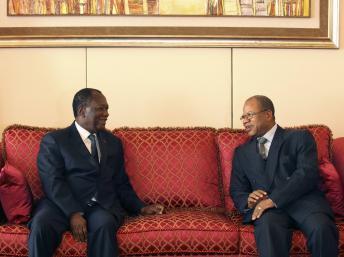 Le Premier ministre malien Diango Cissoko (D) et le président ivoirien Alassane Ouattara (G) à Abidjan le 27 décembre 2012. REUTERS/Thierry Gouegnon