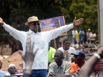 Le chef de l'opposition Cellou Dalein Diallo, entouré d'opposants, le 25 avril 2013, à Conakry. AFP PHOTO / CELLOU BINANI