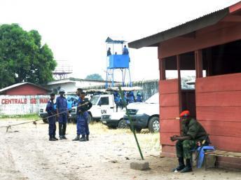Des policiers congolais et des soldats de l'ONU montent la garde après la mutinerie, à la prison de Makala à Kinshasa, le 2 juillet 2013. FP PHOTO / JUNIOR D. KANNAH