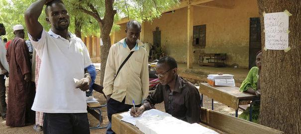 Des hommes transportent du matériel électoral provenant de France dans des bureaux de stockage à Bamako, le 18 juin 2013. REUTERS/Adama Diarra