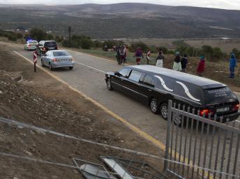 Les corps ont été transportés en corbillards jusqu'à la morgue pour y être authentifiés, le 3 juillet 2013. REUTERS/Siegfried Modola
