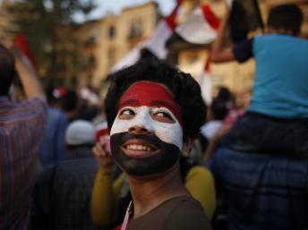 Un jeune garçon, le visage peint aux couleurs du drapeau égyptien, lors d'une manifestation anti-Morsi sur la place Tahrir, le 4 juillet 2013. REUTERS/Khaled Abdullah