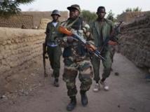 Des soldats maliens patrouillent dans Kadji, le 1er mars 2013. REUTERS/Joe Penney