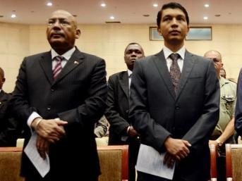 Le Premier ministre Omer Beriziky et le président de la Transition, Andry Rajoelina (à droite), le 18 avril 2013 à Antananarivo. AFP PHOTO / BILAL TARABEY